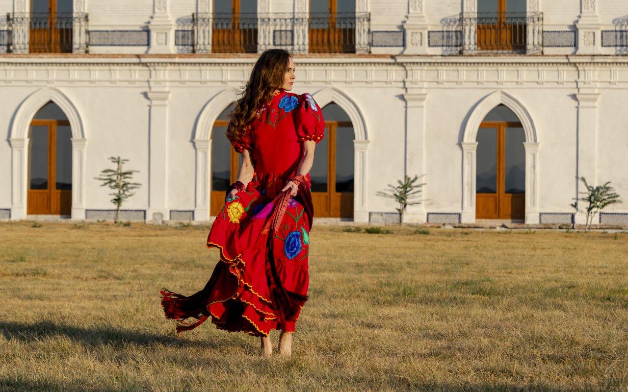 Femme mexicaine devant une Hacienda