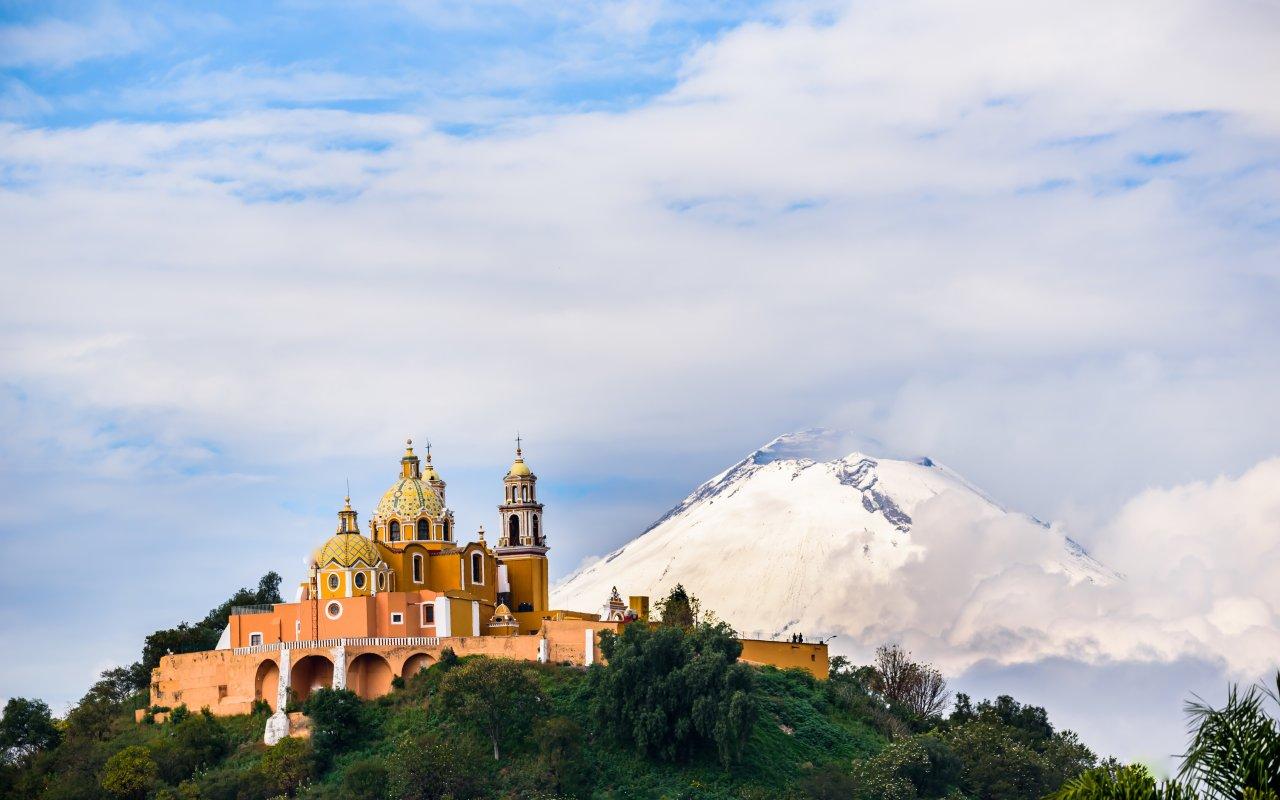 Iglesia en Choula, Puebla a las faldas del Volcan Popocatepetl, México