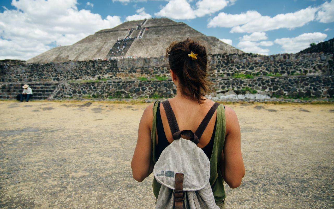 Voyageuse avec un sac a dos au Mexique