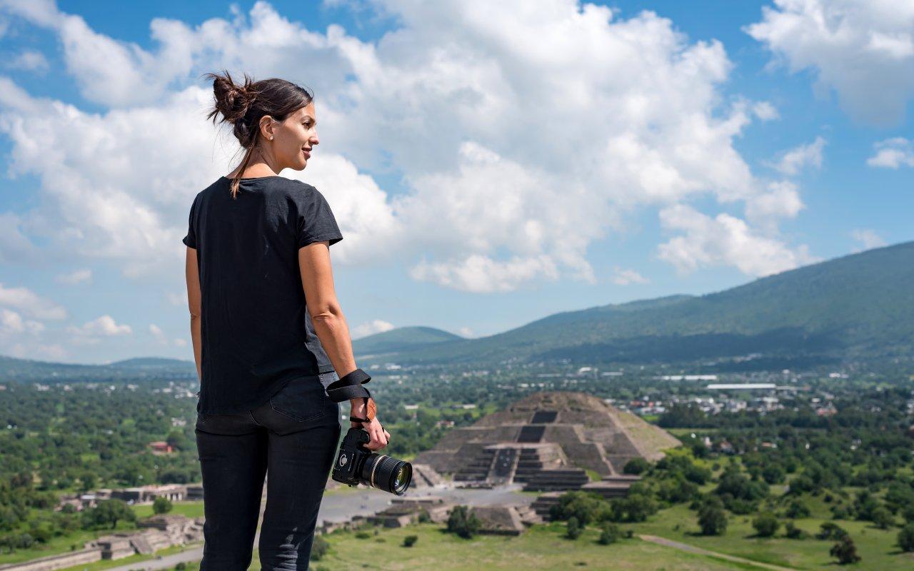 Voyageuse devant des ruines au Mexique