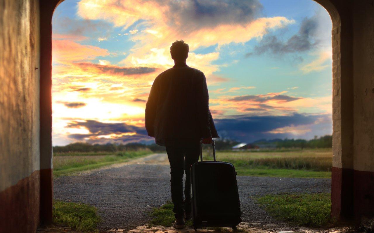 Une personne qui marche avec sa valise