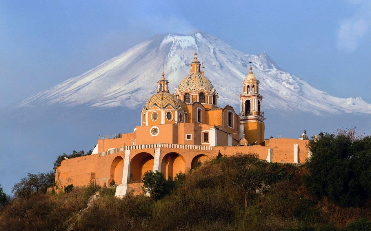 Volcan et cathédrale du Mexique